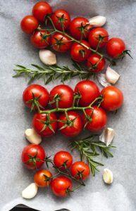 økologiske bagte tomater